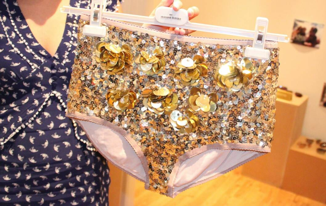 PALJETTRUSE: Det er definitivt ikke meningen at denne skal skjules under bukser og skjørt (kr.1999/By Malene Birger). Foto: Cecilie Leganger