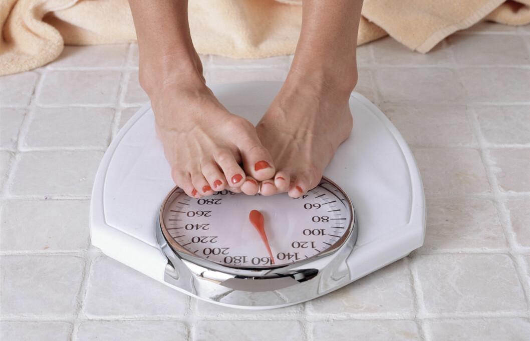 TO AV TRE LYVER: En ny britisk spørreundersøkelse, gjennomført blant over 2000 kvinner, viser at to av tre lyver om vekten sin, og flesteparten av disse hevder de veier cirka 4 kilo mindre enn de egentlig gjør.  Foto: Getty Images/iStockphoto