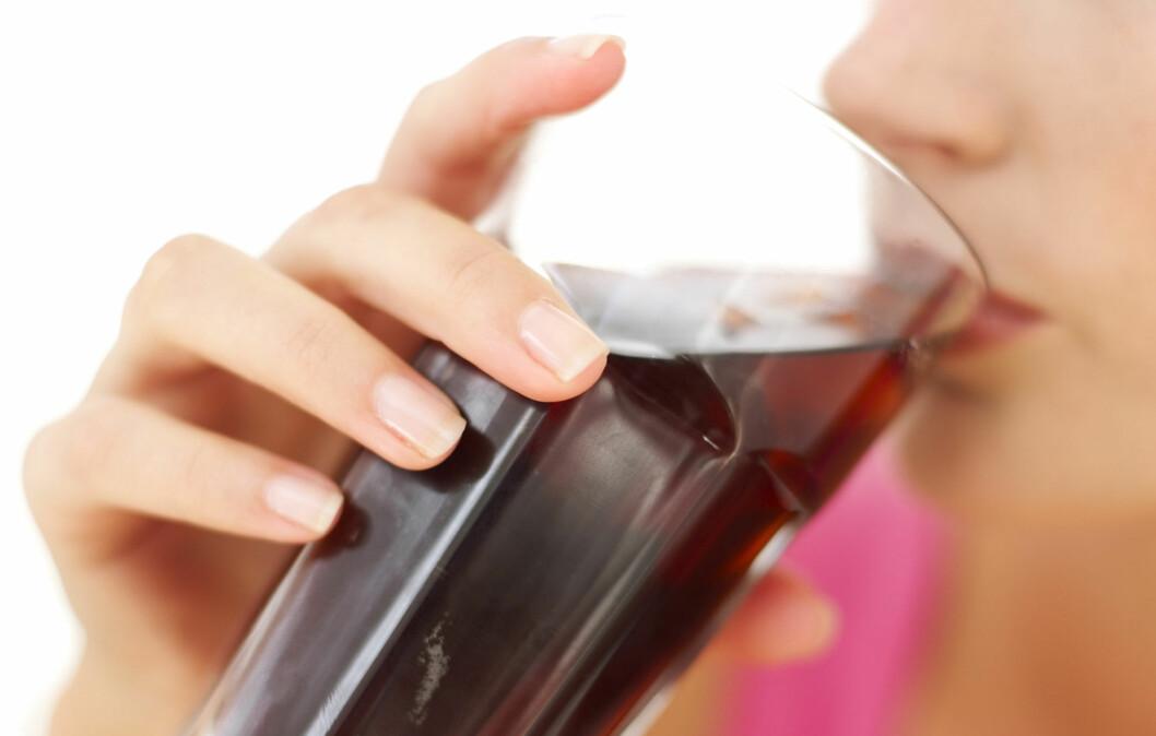 IKKE DRIKK FOR MYE: Du bør unngå å drikke for mye lettbrus, da forskning har vist at det kan øke risikoen for en rekke helseproblemer - deriblant hjerte- og karsykdommer.  Foto: Getty Images