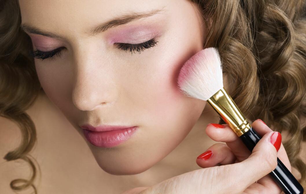 PLASSERING TELLER: Du bør studere ansiktet ditt og finne ut om det er rundt eller smalt før du påfører rougen. Du kan nemlig bruke den til å påvirke hvordan ansiktet ser ut.  Foto: Thinkstock