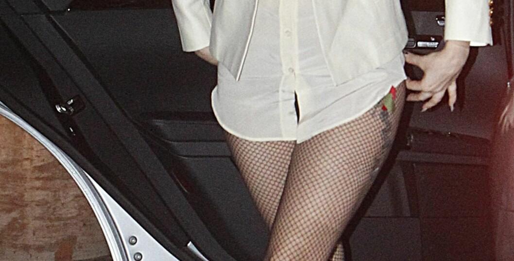 <strong>HVOR BLE DET AV BUKSA:</strong> Lady Gaga i hvit herreskjorte til grove nettingstrømper.  Foto: All Over Press