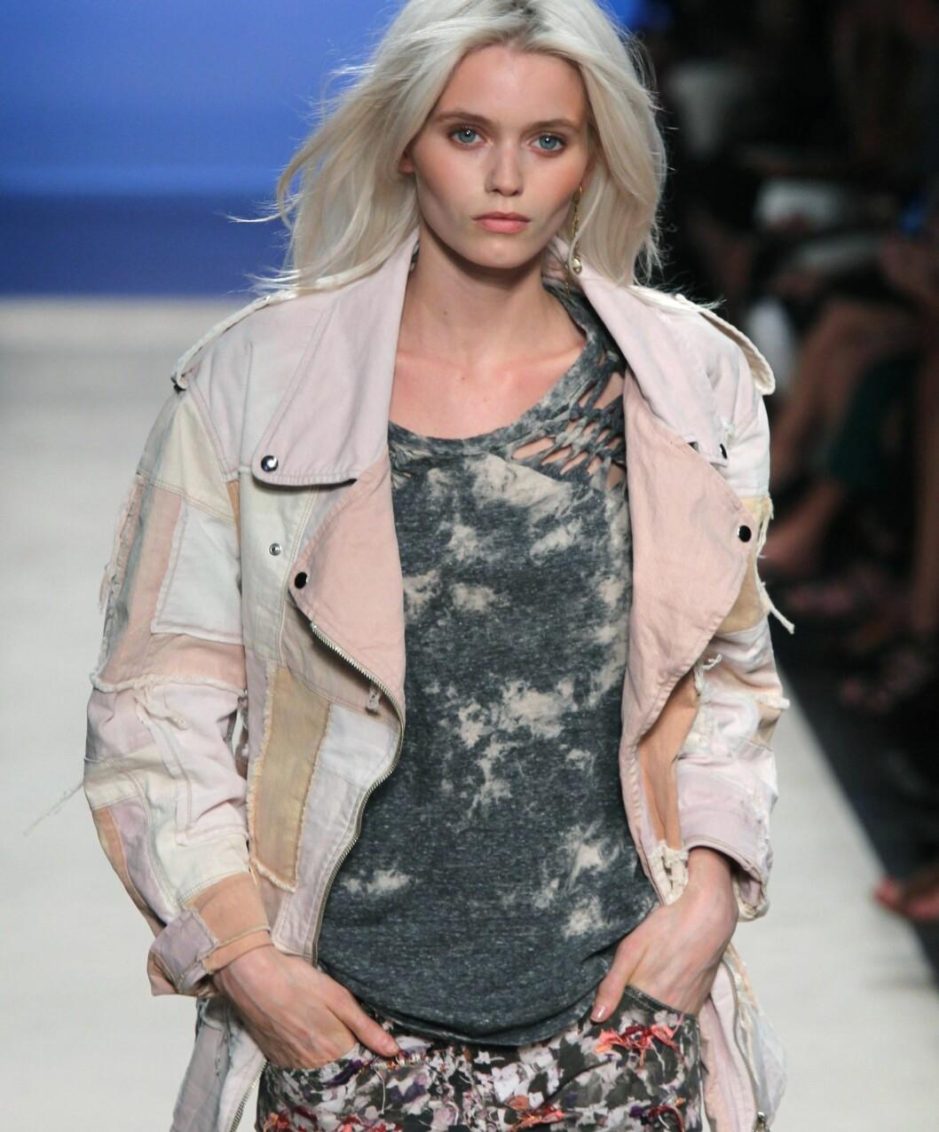 <strong>FREMDELES ROCKA:</strong> Isabel Marant kombinerer lyserosa mc-jakke med slitte, hullete t-skjorter. Foto: All Over Press