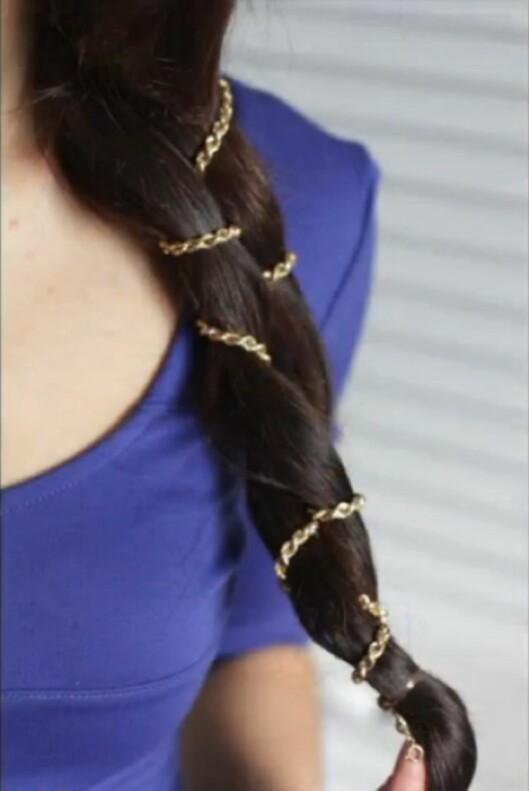 DETALJ: Gi frisyren en glamorøs look med en gullenke, eller prøv en sløyfe eller et sølvkjede.  Foto: Luxy Hair