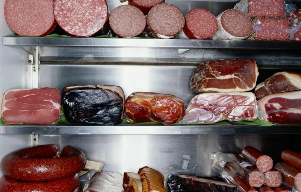 SALTE SAKER: Behandlet kjøttmat er ofte mettet med salt - noe vi allerede får i oss for mye av. Foto: Thinkstock