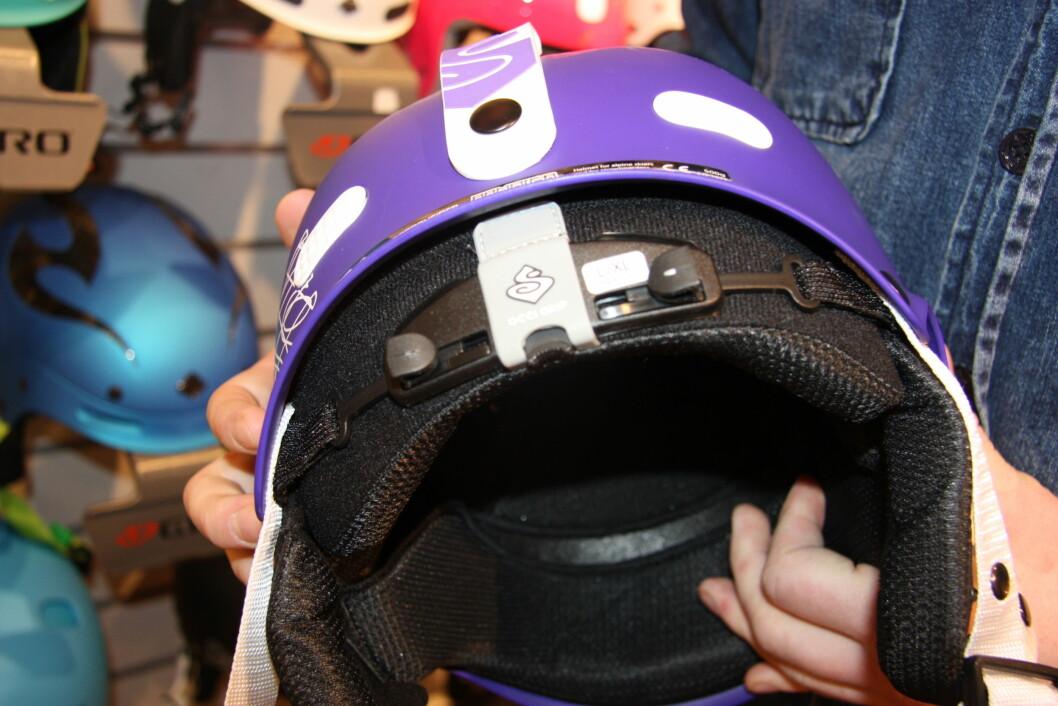 SJEKK INNSIDEN: Du kan ta ut innerfôret på de fleste hjelmer - slik at du kan se om det har dannet seg sprekker i isoporet eller skallet etter et sammenstøt.  Foto: Adéle Cappelen Blystad