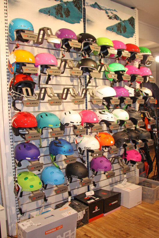 MYE LEKKERT: Å bruke hjelm er langt fra nerdete lenger, og det finnes flust av lekre varianter å velge mellom i alle ulike priskategorier.  Foto: Adéle Cappelen Blystad