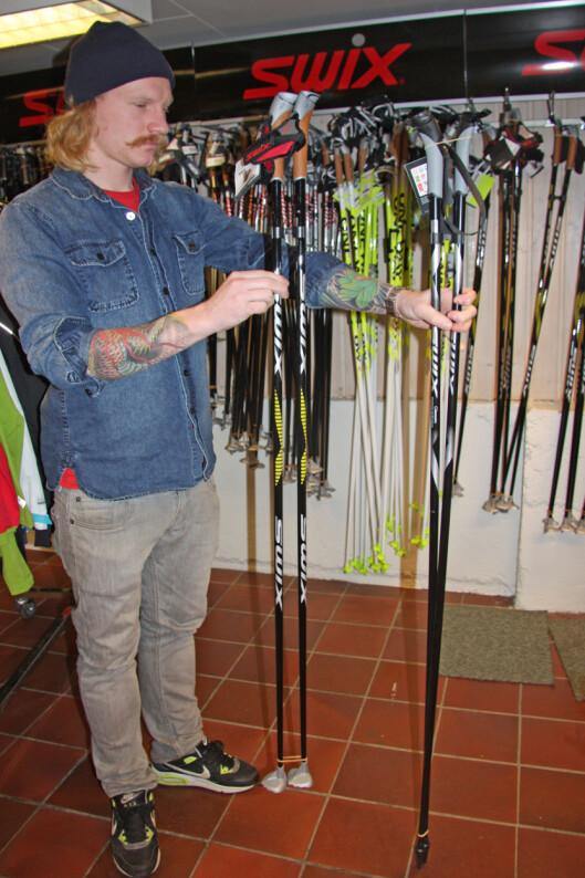 RIKTIG LENGDE: Her viser Strømberg frem noen klassiske langrennsstaver til dame. En langrennsstav til klassisk bruk bør være 30 centimeter under kroppshøyde, mens staver til skøyting bør være 20 centimeter under kroppshøyde.  Foto: Adéle Cappelen Blystad
