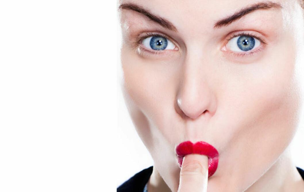 UNNGÅ SMINKEFLAUSEN: Hvis du gjør dette, unngår du leppestift på tennene. Les hvorfor lengre ned i artikkelen. Foto: KKs Lille Sminkeskole
