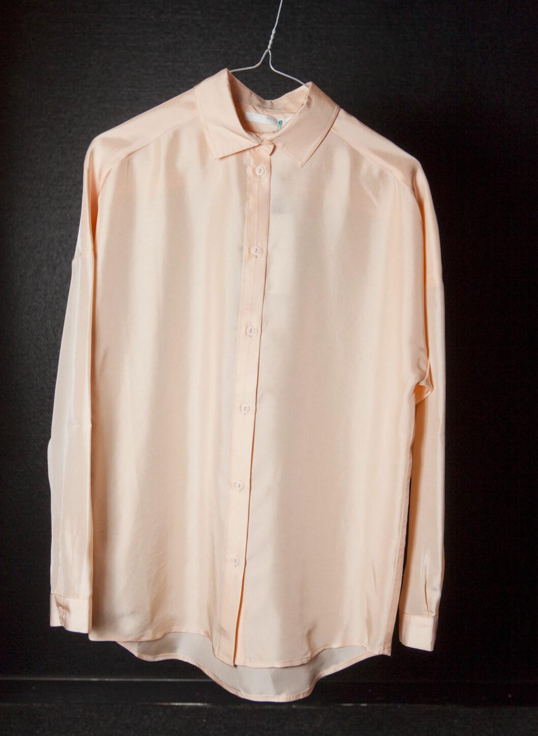 Ferskenfarget skjorte i silke. Foto: Per Ervland