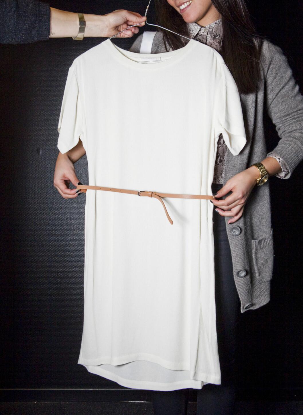Hvit kjole med smalt skinnbelte. Foto: Per Ervland