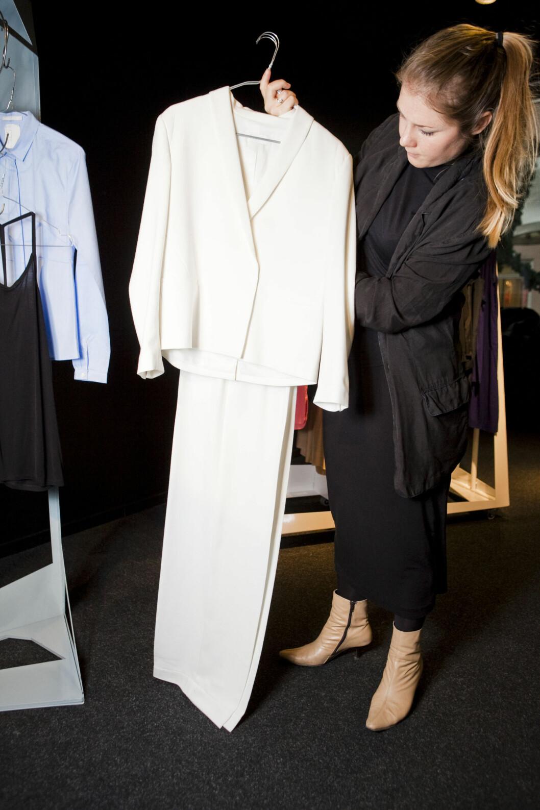 <strong>GRETA GARBO:</strong> - Den hvite dressen er avslappet og maskulin, men samtidig veldig kvinnelig. Jeg får litt Greta Garbo-vibber, sier Hagman.  Foto: Per Ervland