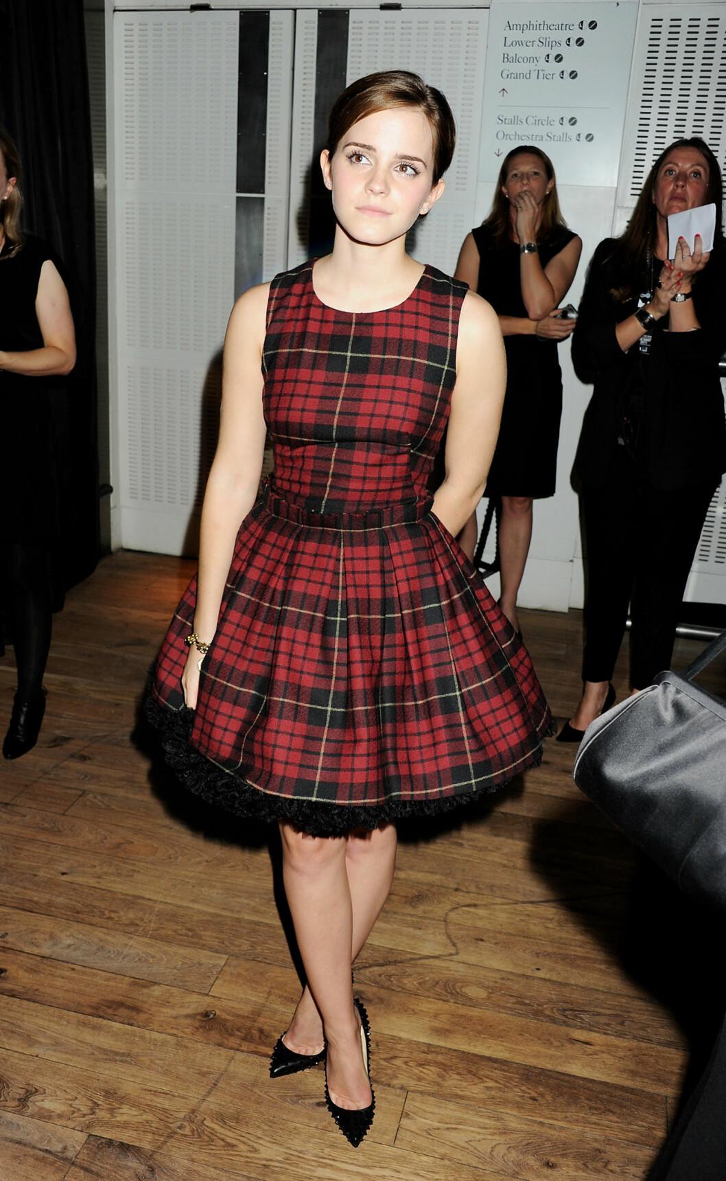 VOLUM OG RUTER: Emma Watson punket opp kjolen med naglesko. Før hun kom inn i varmen, hadde hun dessuten på seg en skinnjakke i bikerstil. Foto: All Over Press