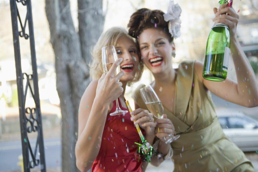 FULL FEST: Når den første drinken når magen spres alkoholen i blodet ditt. Den øker nivåene av dopamin, serotonin og andre naturlige gledeskjemikalier. Det gjør deg blid, avslappet og mindre hemmet. Foto: Thinkstock