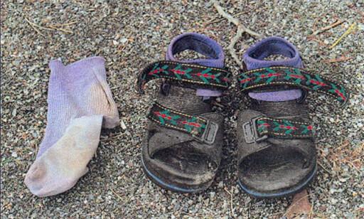 BEVIS: En sokk og et par sandaler tilhørende Kevin ble funnet. Foto: Svensk politi