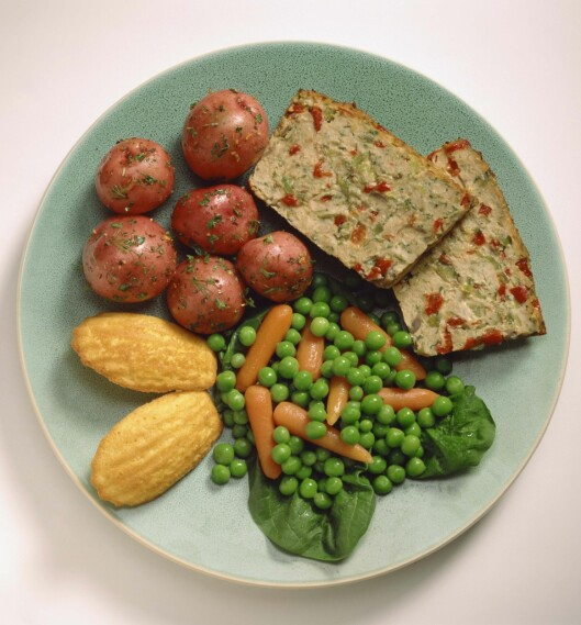 <strong>TALLERKENMODELLEN:</strong> For eksempel én fjerdedel poteter, én fjerdedel kjøttpudding og resten grønnsaker. Foto: Thinkstock