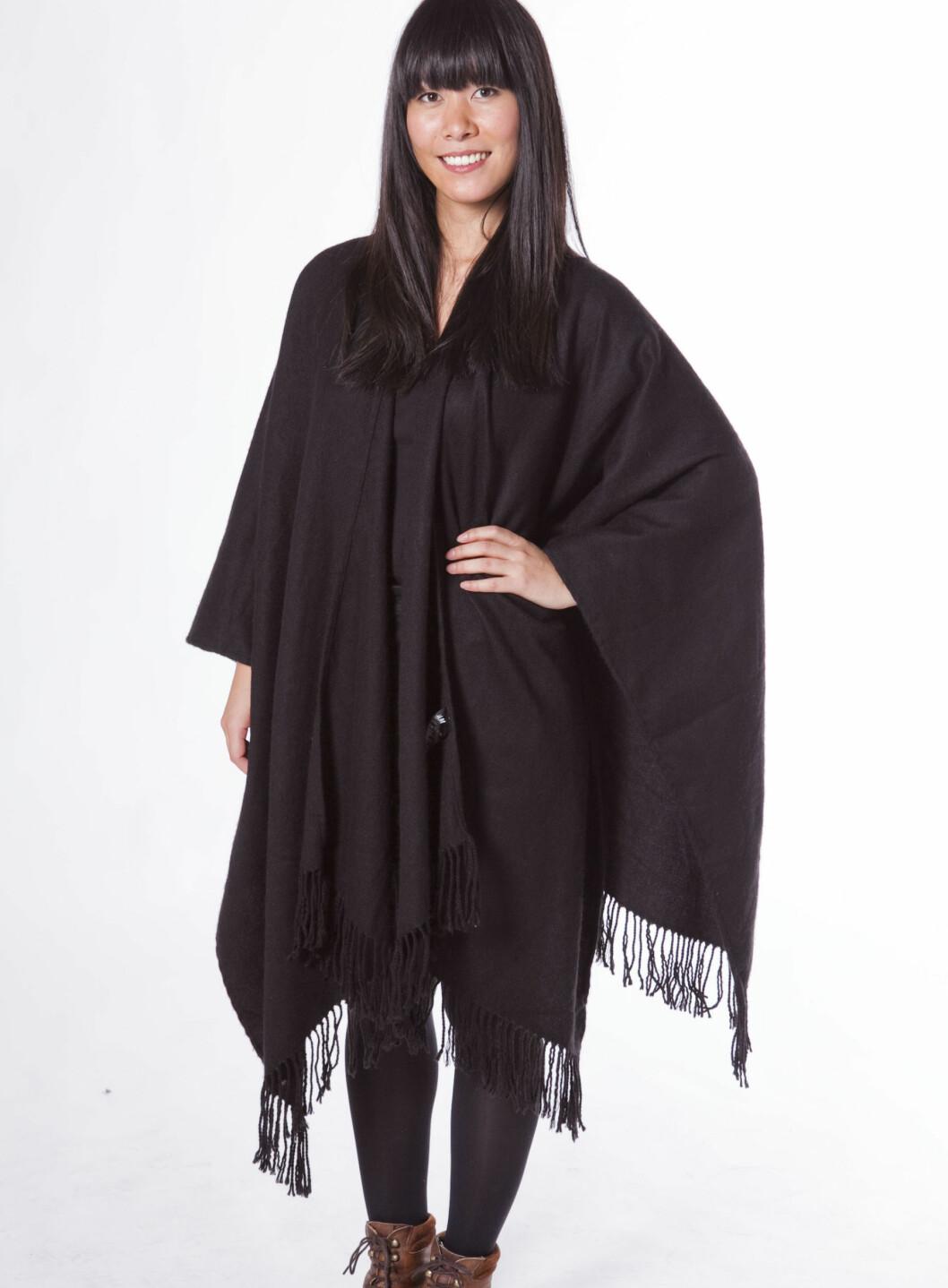 VARIANT 1: En helt enkel, svart poncho. Ønsker du at den skal se enda mer ut som en cape, lukk igjen åpningen med en brosje eller en stor sikkerhetsnål. Foto: Per Ervland