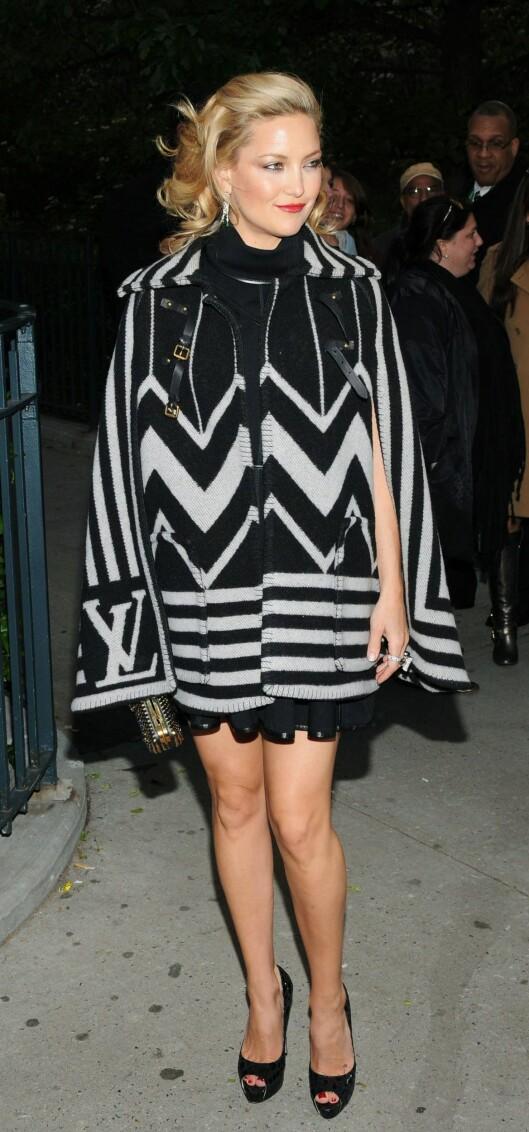 PÅ KJENDISEN: Kate Hudson bruker Louis Vuittons cape over den lille sorte. Foto: All Over Press