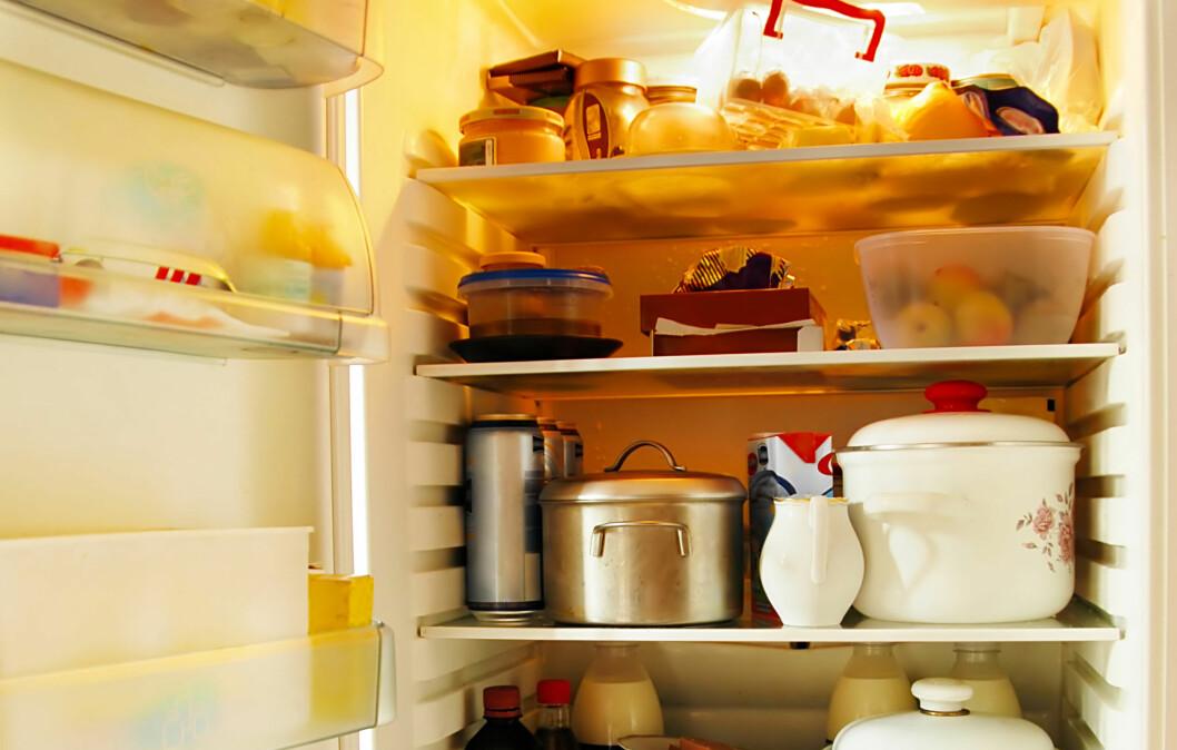LEGGER DU KJØTTET PÅ ØVERSTE HYLLE? Dette kan føre matforgiftning ettersom rå saft fra kjøttet kan dryppe ned på andre matvarer som skal spises rå. Foto: Colourbox.com