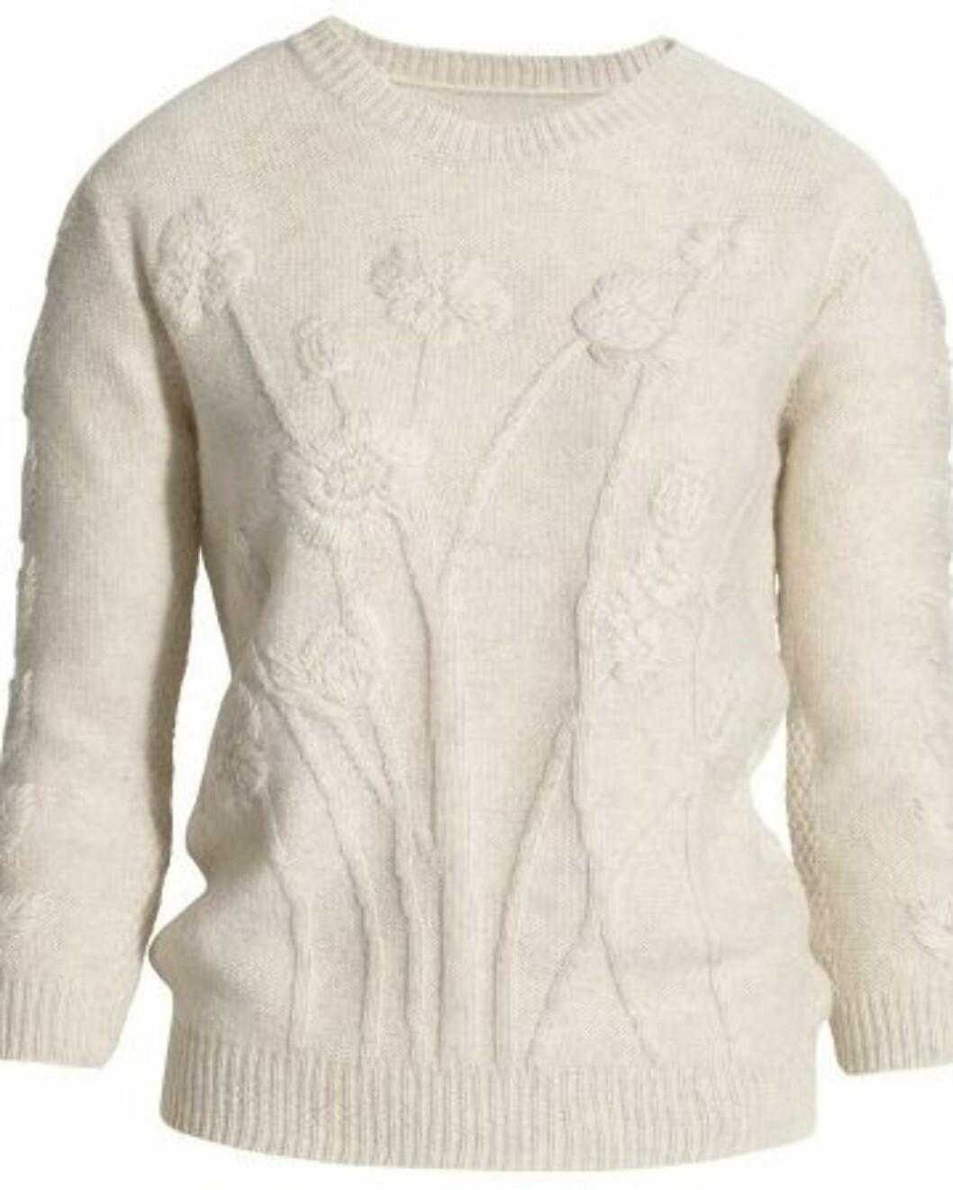 Nydelig hvit genser med broderte blomster (kr 350, H&M).