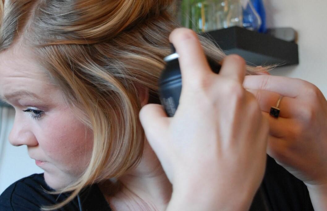 FLERE BRUKSOMRÅDER: Med tørrsjampo kan du både utsette hårvasken og hjelpe stylingen.  Foto: Aina Kristiansen / www.pudderkvastrabagast.com