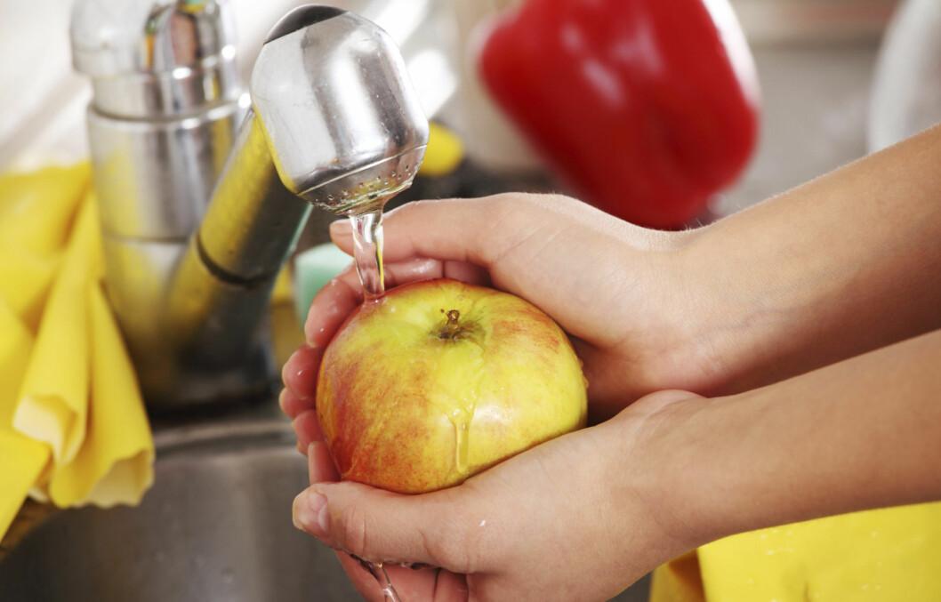 UNNGÅ SKADER PÅ SKALLET: Dersom du skyller/skrubber frukten og grønnsakene dine, bør du gjøre det varsomt, slik at du ikke ødelegger skallet. Da risikerer du nemlig å fjerne viktige næringsstoffer som ligger i og rett under skallet.  Foto: Getty Images/iStockphoto