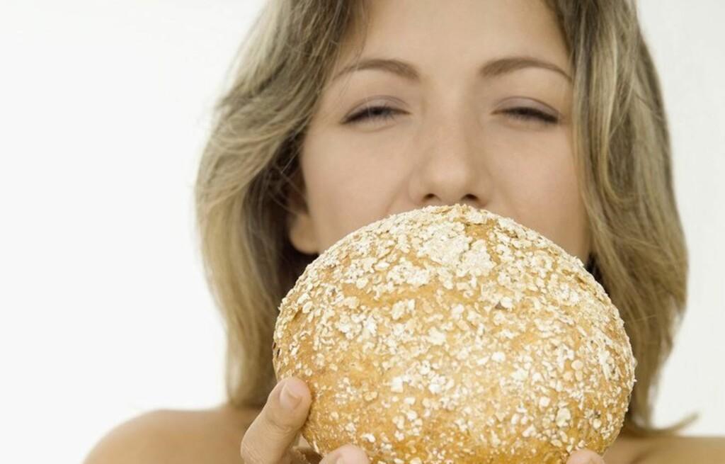 OPPBLÅST? Selv om brød ikke er roten til alt ondt, kan likevel en oppblåst mage skyldes produkter som inneholder hvete, rug eller bygg. Foto: All Over Press