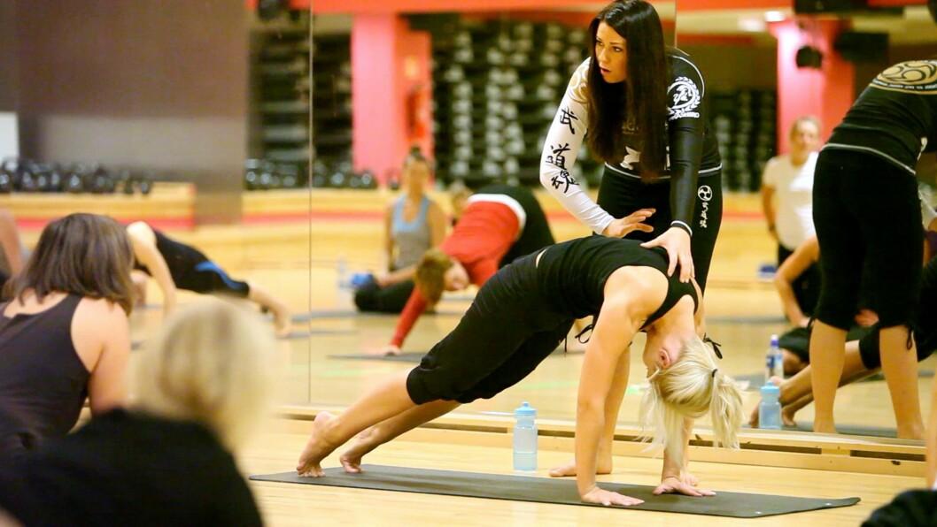 BEVEGELIGHET: Ifølge Hegre (som instruerer på bildet) handler Budokon om å ha kontroll på kroppen, å bli bevisst på hvordan kroppen fungerer og hvordan vi beveger den. Foto: Per Ervland