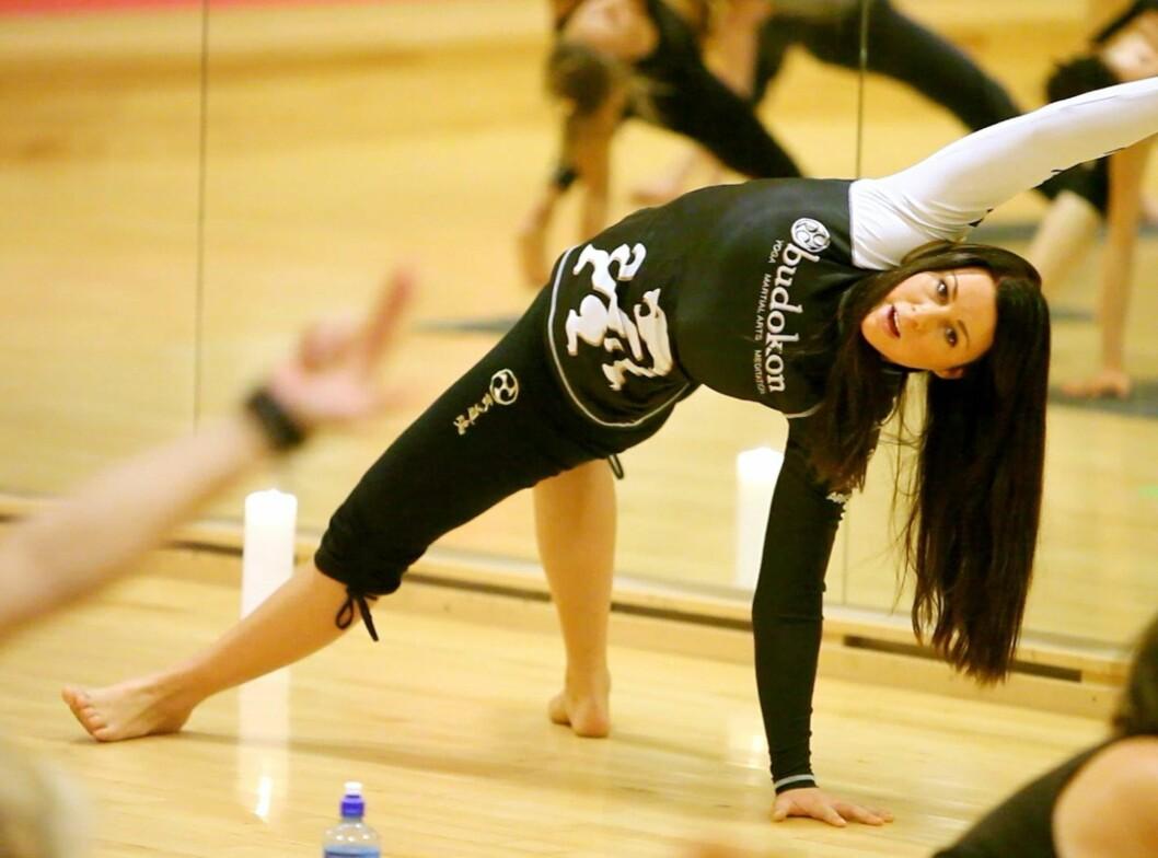 TESTET BUDOKON: KK.no testet den nye timen Budokon på Elixia Ringnes Park. Timen er en fusjon mellom kamsport og yoga, som skal gjøre deg smidigere, raskere, mer balansert, fleksibel og kraftfull. Her er instruktør Stine Hegre i aksjon.  Foto: Per Ervland