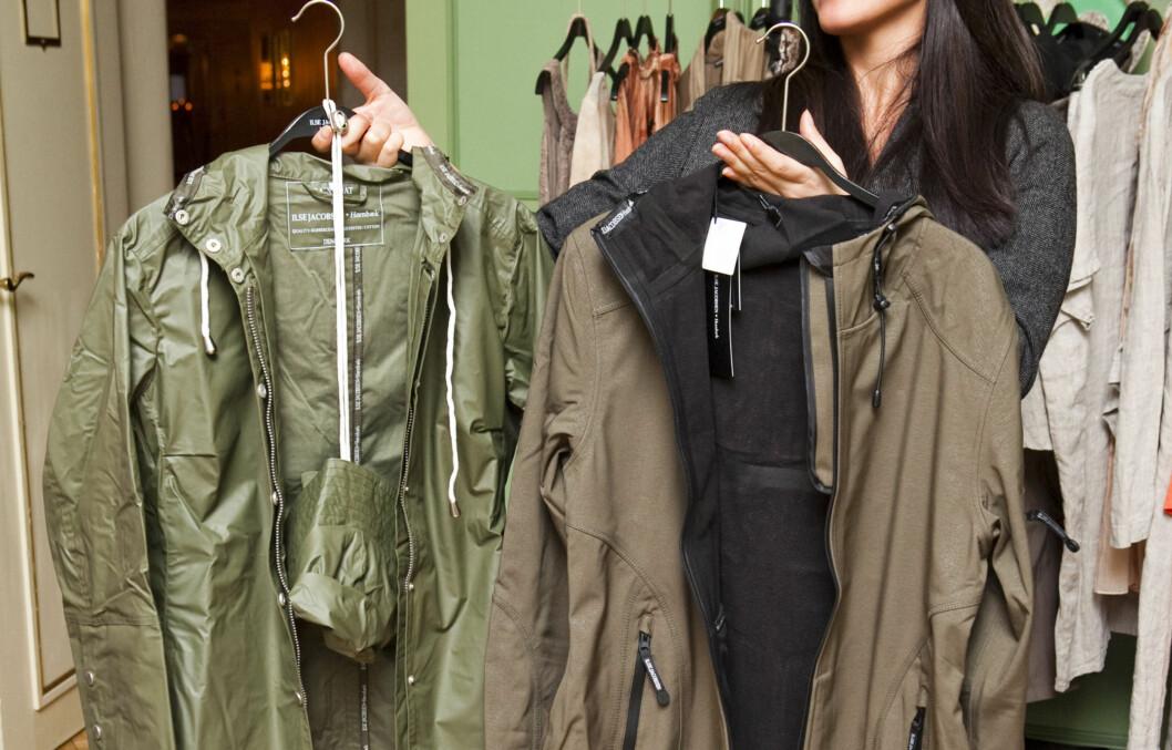 GUMMI ELLER GORE-TEX? Har tenkt å være aktiv i jakken, kan det være smart å velge en jakke i pustende, vannavvisende materiale framfor gummi. (F.v) Regnkåpe i gummi (ca kr.1199) og allværskåpe (kr.2199), begge fra Ilse Jacobsen. Foto: Per Ervland