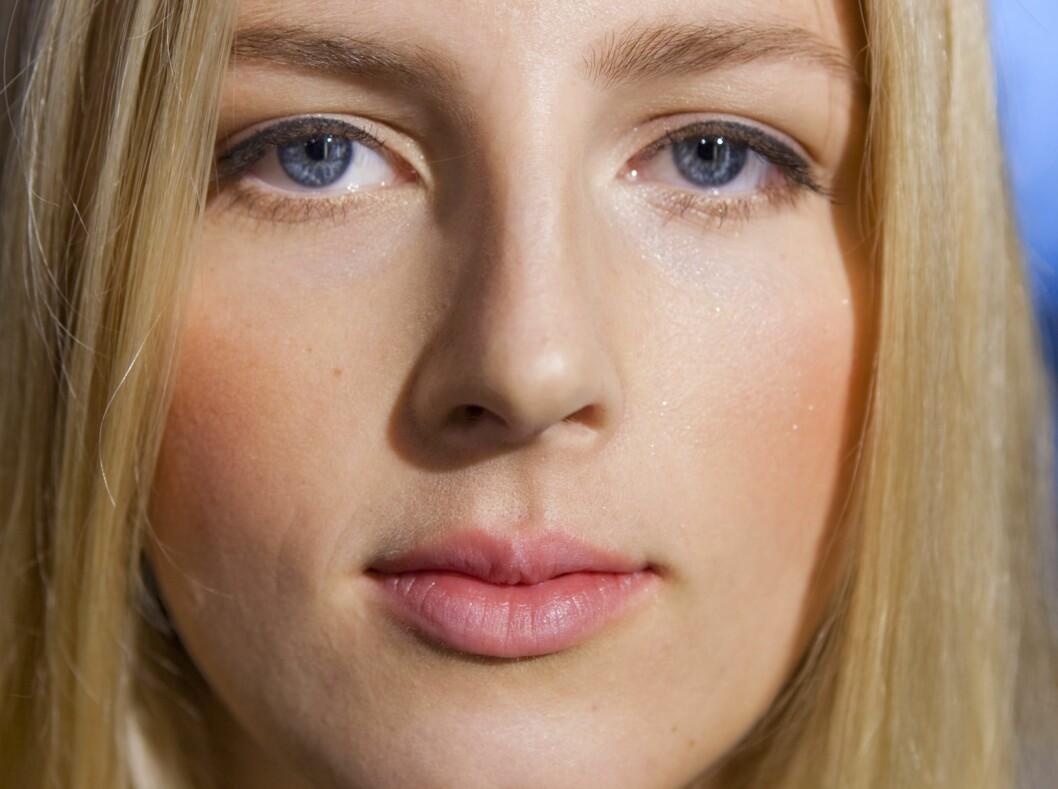 HVERDAGSSMINKE: Concealer, litt pudder, farge i kinnene, mascara og lipgloss er alt som skal til for en perfekt look på fem minutter. Har du et ekstra minutt, kan du legge en tynn eyeliner langs øvre vippekant for en litt mer dramatisk look.  Foto: Per Ervland