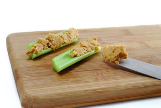 GOD SNACK: Selleri er fantastisk som snack. Smør for eksempel litt peanøttsmør på...mmmm... Foto: Thinkstock