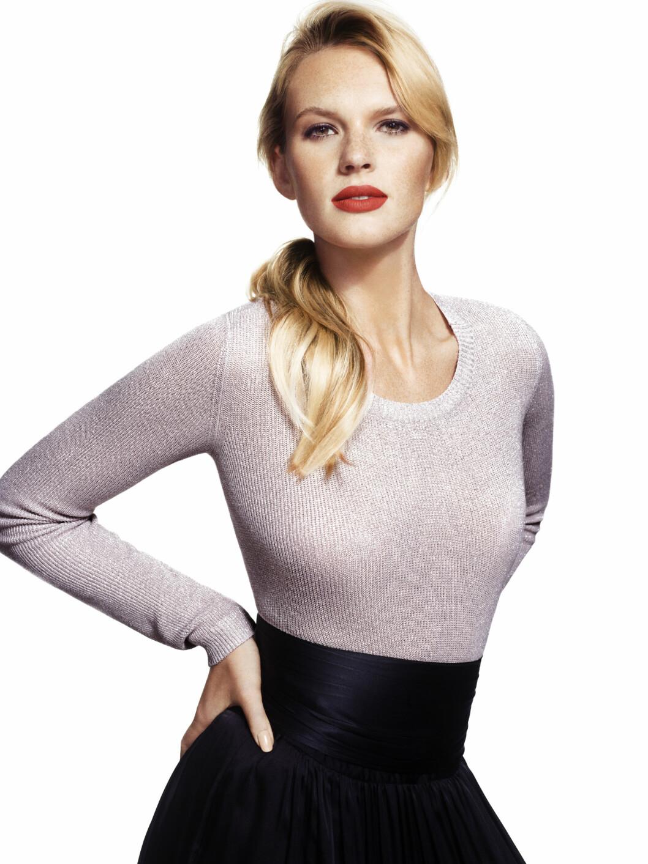 TODELT ANTREKK: Nei, du trenger ikke gå i kjole. Metallisk genser (kr.199), svart skjørt (kr.399) og belte (kr.149). Foto: Lindex