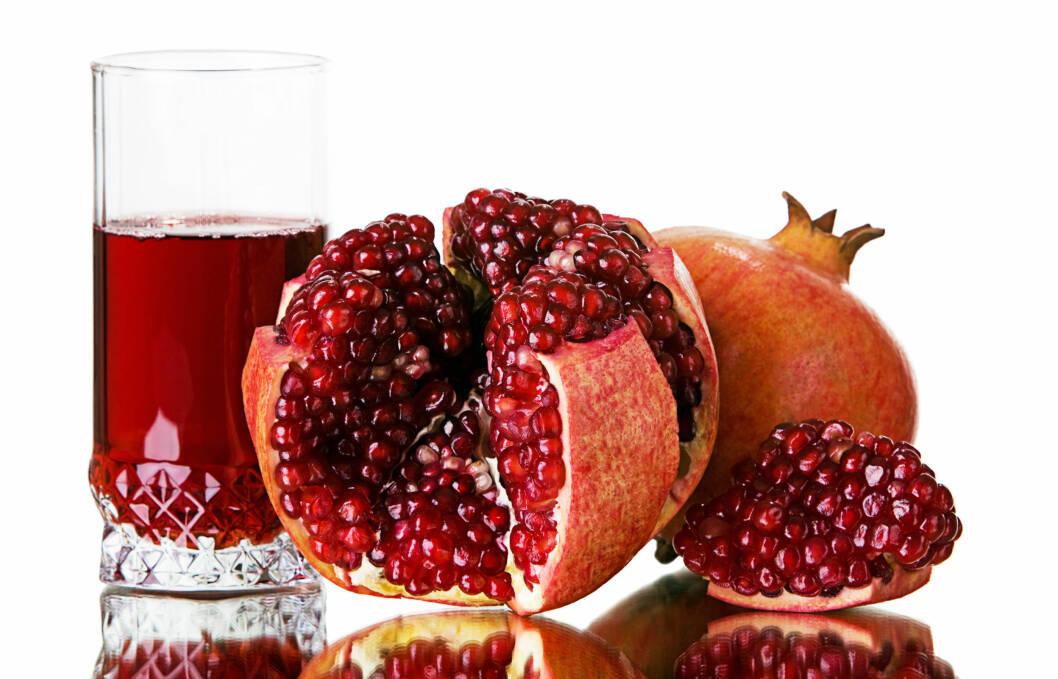 LAG DIN EGEN JUICE: Du kan ganske enkelt helle fruktjuice rett fra granateple med noen enkle triks. Se video lenger ned i saken. Foto: Colourbox.com