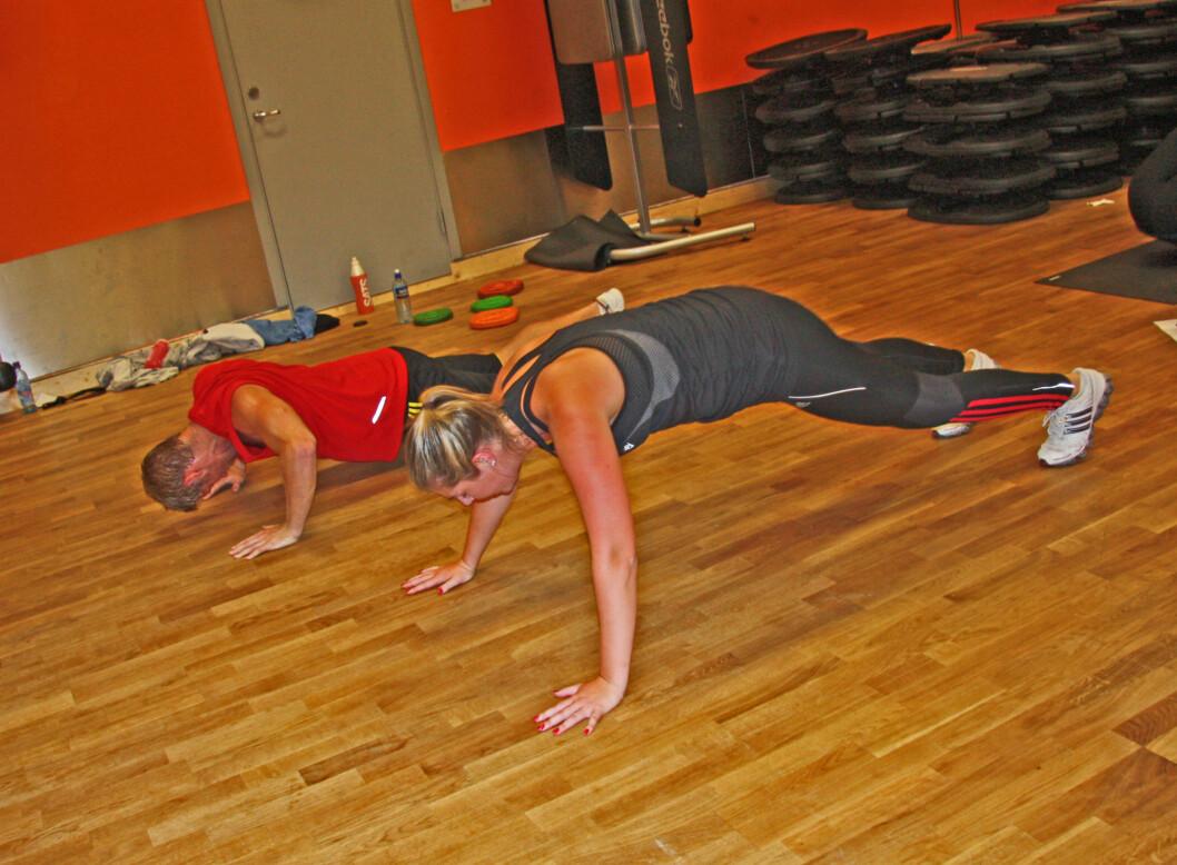 """KOMBINERER: I FightCircuit kombinerer du både styrke og kondisjon. Her er det """"hoppende"""" push-ups som utføres av deltagerne.  Foto: Adéle Cappelen Blystad"""