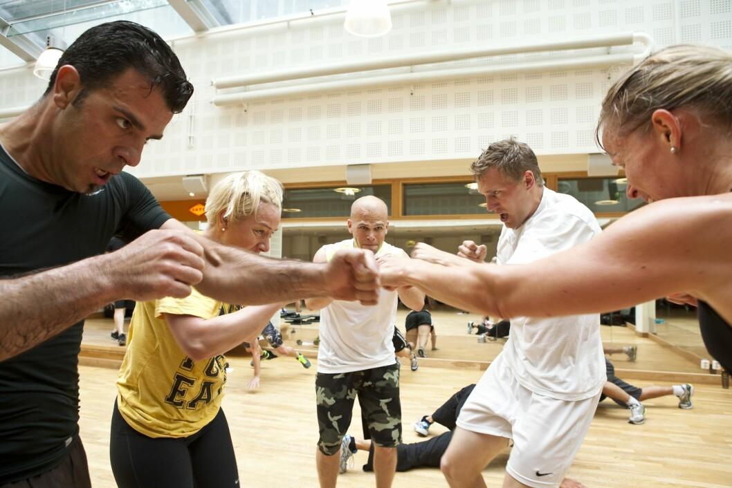 """TØFF TRENING: FightCircuit er tøff og morsom trening, og en god variasjon til andre styrke- og kondisjonstimer de tilbyr på SATS. Et annet pluss er at treningen foregår i grupper, så du trenger ikke være """"redd"""" for å komme alene.  Foto: SATS"""