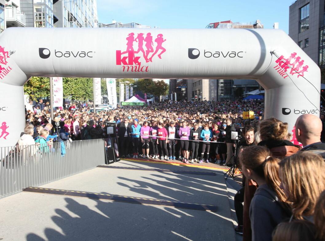 FØR START: Spente kvinner gjør seg klare til løpet.  Foto: Per Ervland