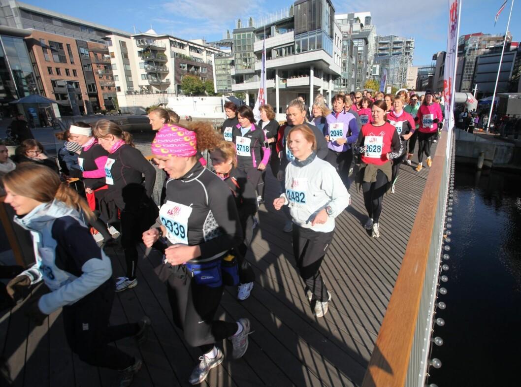 FARGEGLADE: Alle damene hadde på seg sporty løpetøy, uansett om de skulle løpe eller gå ( det er også tillatt å gå).  Foto: Per Ervland