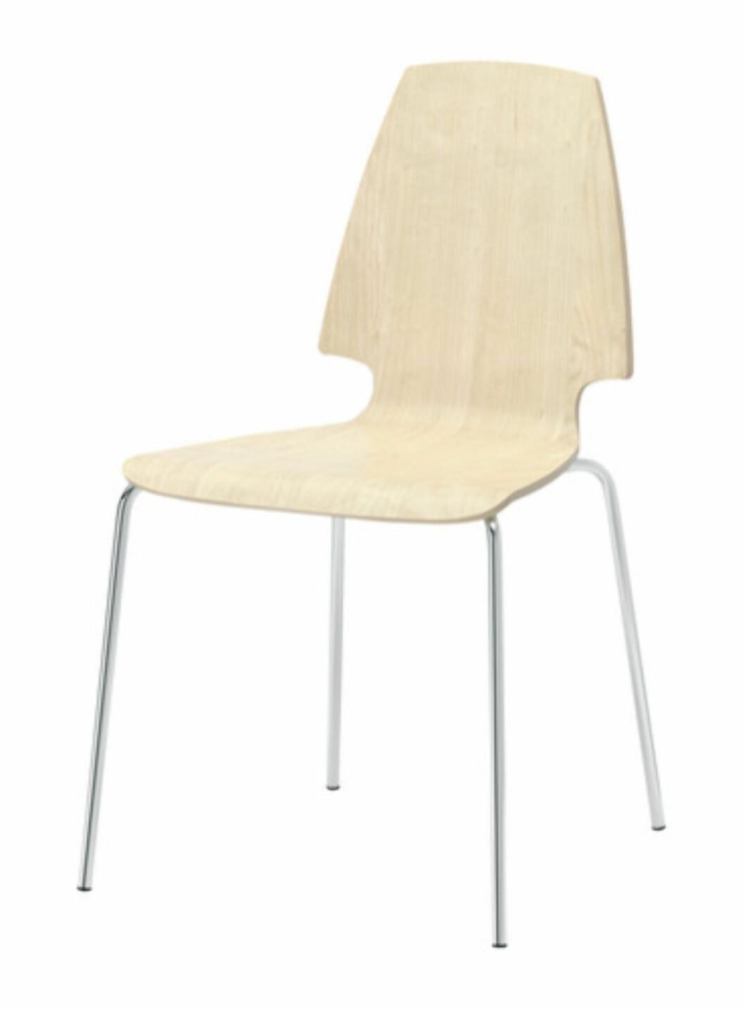 <strong>VILMAR:</strong> Stilrent og skandinavisk stol i bjørkefinér (kr.296). Foto: Ikea.no