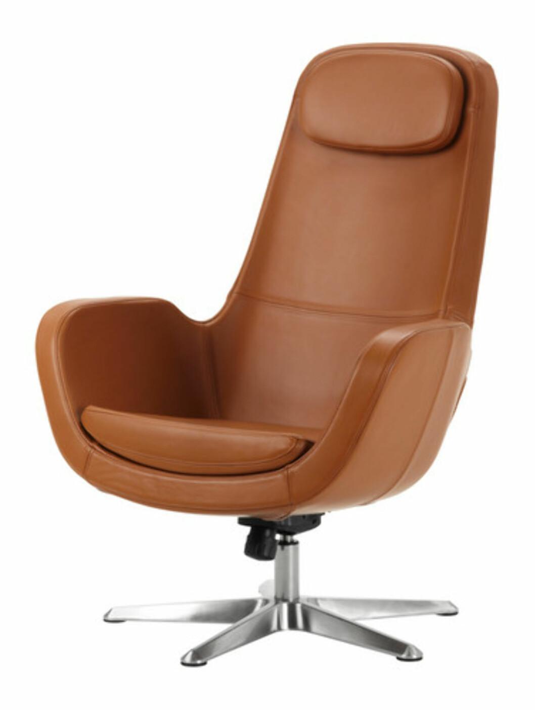 <strong>ARVIKA:</strong> Svingstol i retrostil i karamellbrunt skinn (kr.3990). Foto: Ikea.no