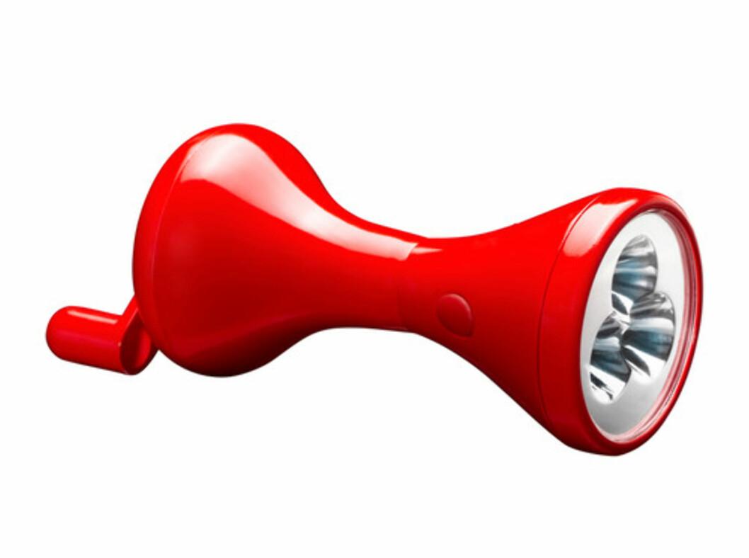 <strong>LJUSA:</strong> Hvis lyset går, er det ikke den beste tiden å famle etter batterier på. Men denne lommelykten svinger du ganske enkelt i gang (kr.39). Foto: Ikea.no