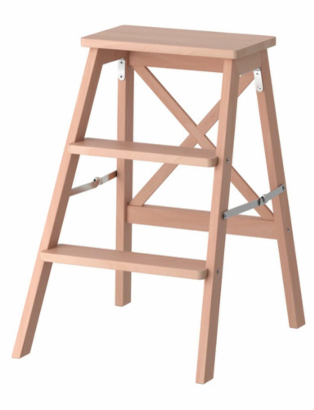 <strong>BEKVÄM:</strong> En trappestige kan utvilsomt være greit å ha (kr.245). Enten det er for å rekke opp til øverste hylla i skapet eller for å ha noe stilig å sette blomsterpotta på. Denne er også sammenleggbar.  Foto: Ikea.no