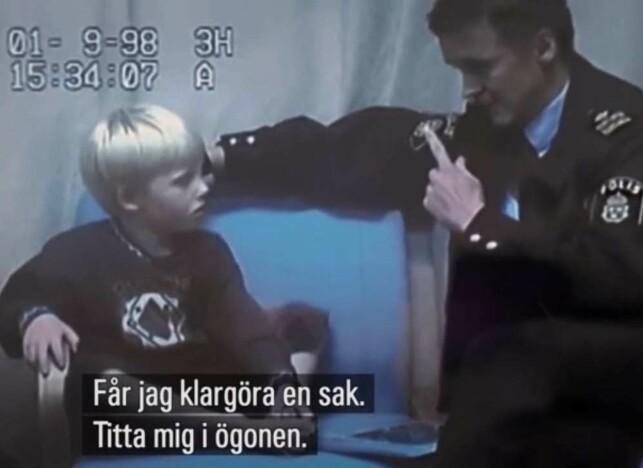 BLIR AVHØRT: Fem år gamle Robin avhøres av sjefsetterforsker Rolf Sandberg. Etter at videoklippene ble offentliggjort av SVT har politiet fått massiv kritikk. Foto: Skjermdump / NRK / SVT