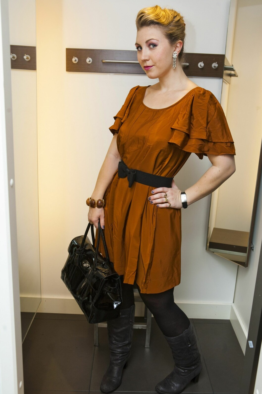 Ladylike stil med kobberfarget kjole, belte med sløyfe og Mulberry-veske som journalisten har fra før.