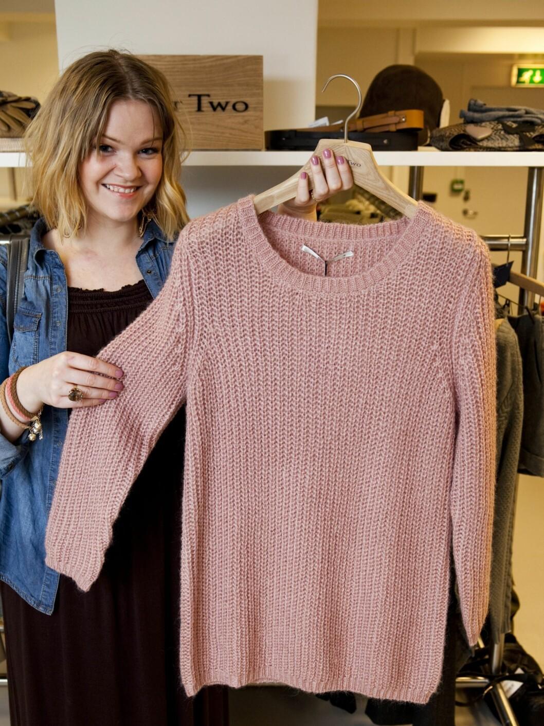 – Grov strikk er noe av det aller beste med høsten, og denne duse rosa genseren ser ut som noe jeg godt kunne flyttet inn i på kalde hjemmekvelder. Sammen med smale jeans og boots, blir den også fin til en avslappet dag på kontoret.  Foto: Per Ervland