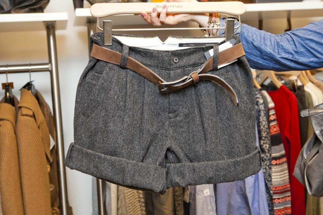 – Takk og lov for strømpebukser, slik at vi i Norge kan bruke lekre shorts hele året. Sammen med en silkebluse, en grovstrikket cardigan, svarte strømpebukser og et par brune boots er dette et perfekt høstantrekk.  Foto: Per Ervland
