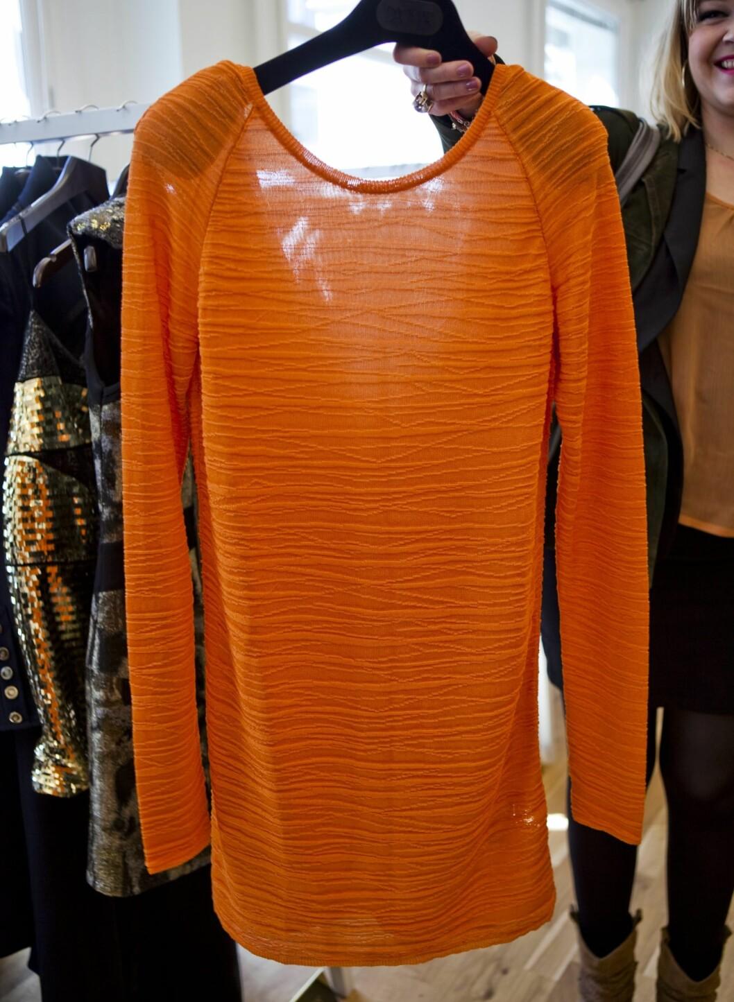 –Oransje er en skikkelig gladfarge, og selv om dette egentlig er en genser, kan den fint brukes som kjole. Dette ultrakorte 60-tallssnittet blir nemlig superhot i høst. Jeg elsker teksturen i materialet.   Genser fra Dagmar. Foto: Per Ervland