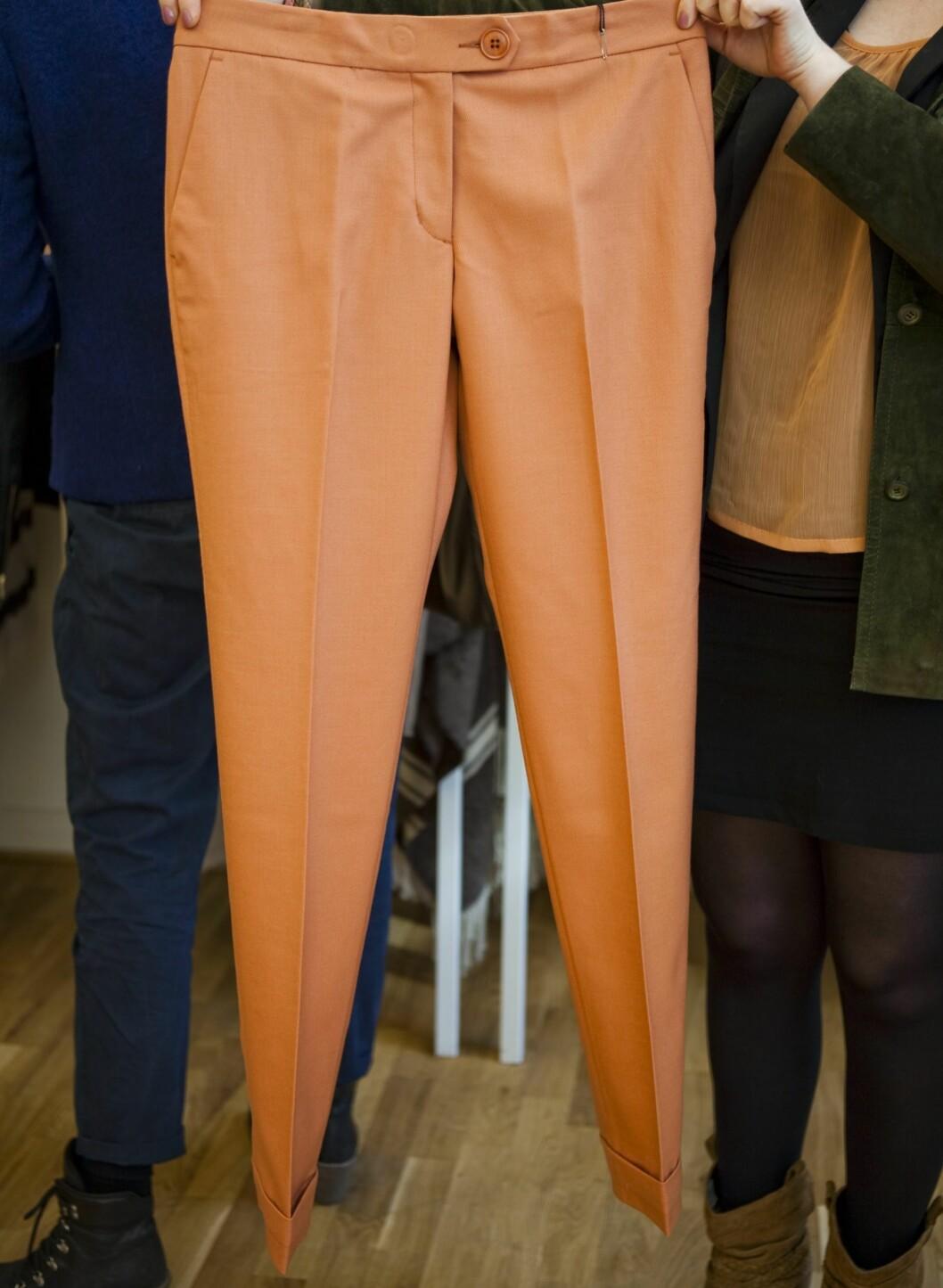 –En nydelig, litt skitten ferskenfarget bukse er en litt varmere vri på den klassiske khakibuksen, og denne modellen ser veldig lekker ut. Ser for meg nok et enkelt antrekk med pologenser og pumps, og kanskje en deilig poncho for å holde varmen.   Bukser fra by Malene Birger, kr 1900. Foto: Per Ervland