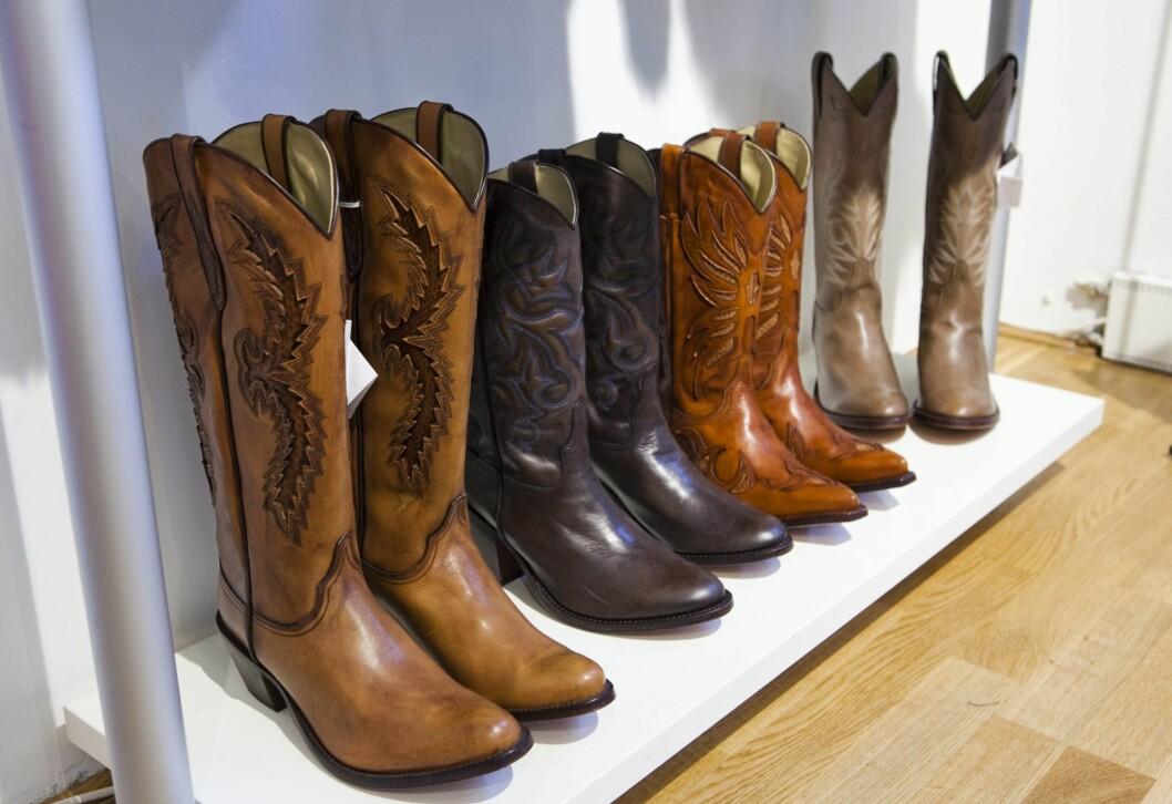 –Jeg digger cowboystøvler til søte, jentete kjoler, og det er ikke bare perfekt til festivalsommeren vi nettopp er ferdige med. Sleng på en røff skinnjakke og et par strømpebukser, så kan høsten bare komme. Disse er fra den spanske skoprodusenten Tony Mara. Foto: Per Ervland
