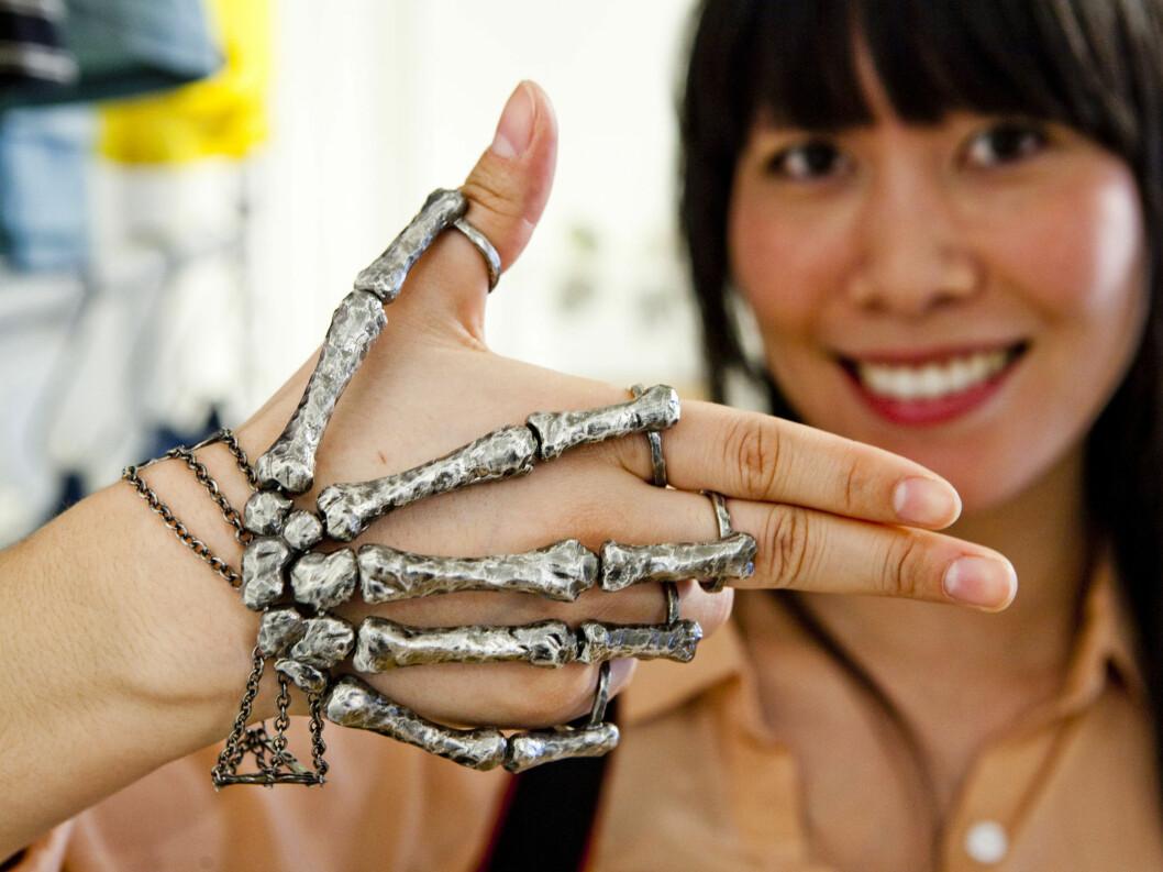 - Den norske smykkedesigneren Bjørg har helt rå. Denne håndpynten er nok ikke til hverdags, men er utrolig tøff lell. Foto: Per Ervland