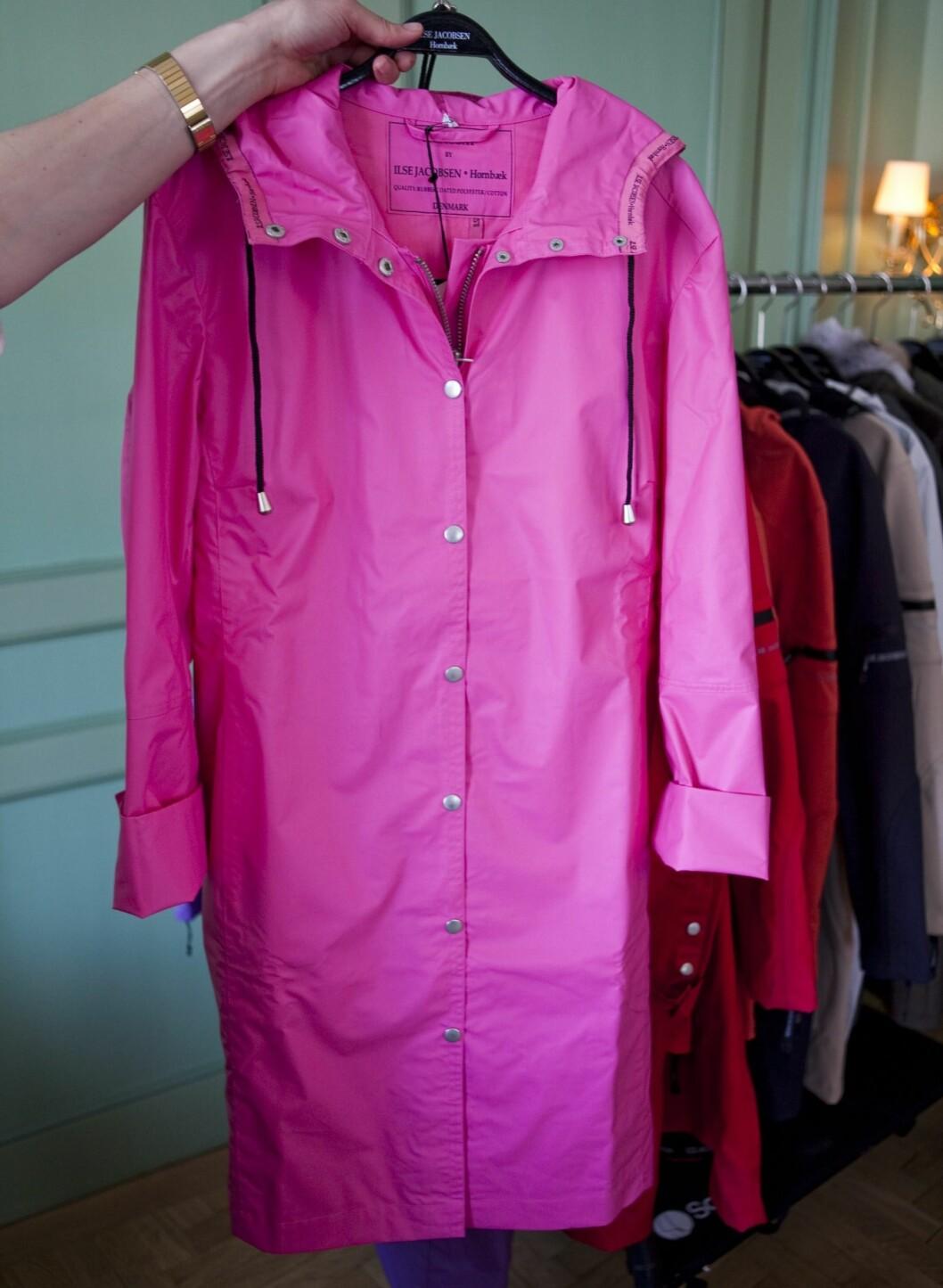 Jeg har vært hemmelig forelskelse i rosa i hele sommer. Kanskje tiden er inne for å kline til - i alle fall på grå regnværsdager - med denne klassiske regnfrakken? Cirka kr 1200, Ilse Jacobsen.